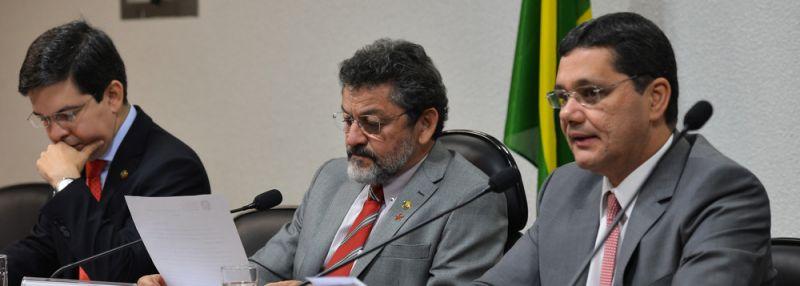 Senador Randolfe Rodrigues (esquerda) e demais membros da CPI do HSBC